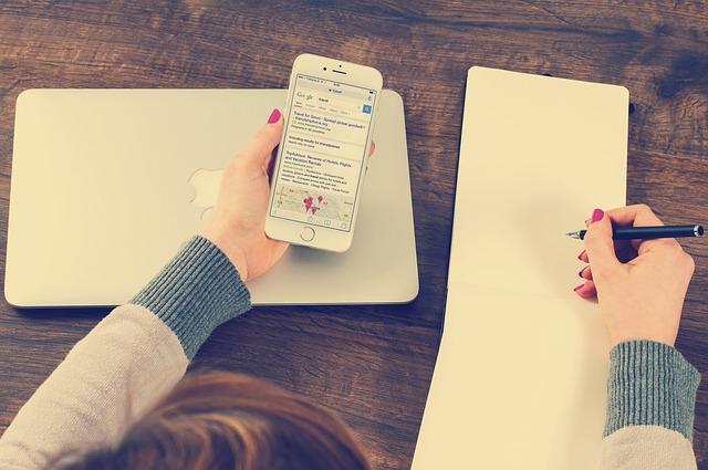 ワードプレスブログを書く女性